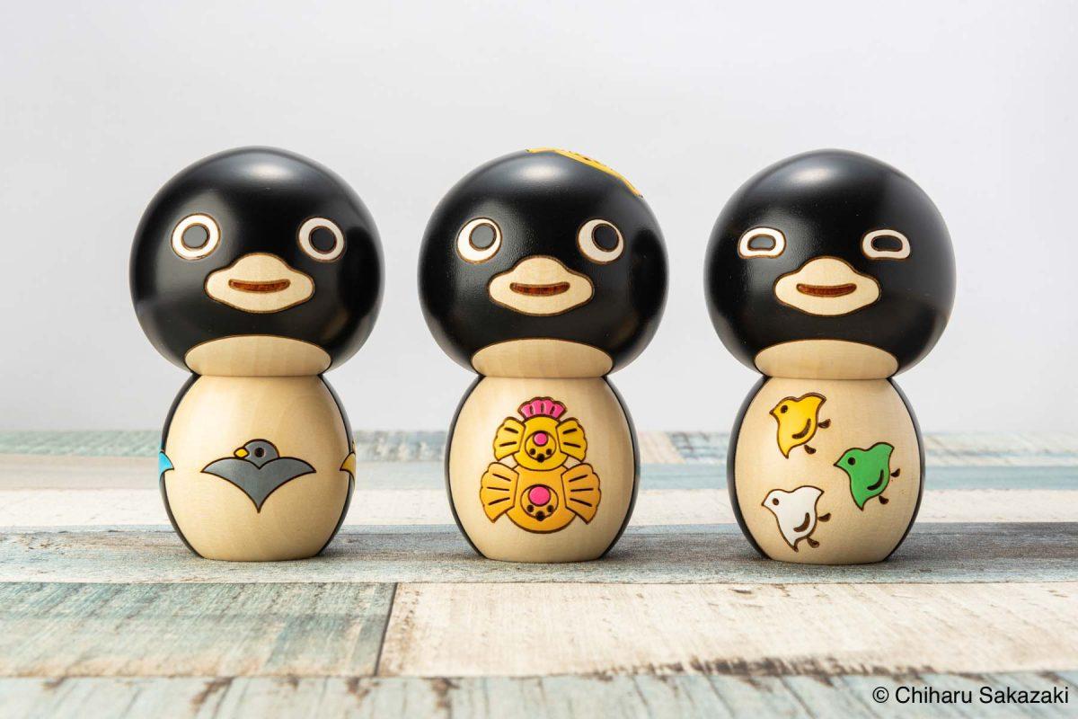 群馬県の伝統工芸「創作こけし」よりイラストレーター坂崎千春さんデザイン「ペンギンこけし」シリーズの登場です。
